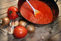This guide contains tips and recipes for making spaghetti sauce from fresh tomatoes. One great method is to make tomato sauce and either freeze or can it. This is a guide about making spaghetti sauce using fresh tomatoes from your garden. Making Spaghetti Sauce, How To Make Spaghetti, Homemade Spaghetti Sauce, Spagetti Sauce, Fresh Tomato Sauce Recipe, Homemade Tomato Sauce, Homemade Marinara, Homemade Ketchup, Homemade Pasta