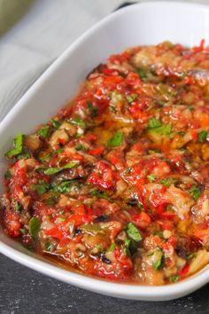 Köftenin ve ızgara etin yanına en çok yakışan eşlikçi manca olabilir mi? O nefis köz kokusu, sirke ve zeytinyağının uyumu sizleri mest edecek. Dilerseniz salata, dilerseniz ana yemeğiniz yanına bir yancı olarak düşünebilirsiniz. Hatta sabah kahvaltılarında ekmek üzerine sürüp yenilecek kadar lezzeti bir tarif. Turkish Recipes, Italian Recipes, Ethnic Recipes, Turkey Today, Turkish Breakfast, Turkish Sweets, Turkish Kitchen, Fresh Fruits And Vegetables, Roasted Eggplant Dip