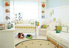 O verde-claro está presente na pintura em meia parede e em detalhes da decoração. O aproveitamento de espaços levou ao emprego de nichos nas laterais da janela, que acomodam acessórios e brinquedos