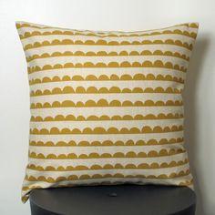 Coussin motifs festons en coton et lin moutarde