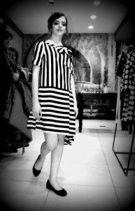 Abito Moschino. La nostra modella Chiara indossa questo abito fresco ed un po' spiritoso ideale per una primavera estate decisamente chic ma non troppo formale.
