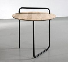 mesa clip de café creada por Jan Kochanski: estructura mínima y funcionalidad máxima