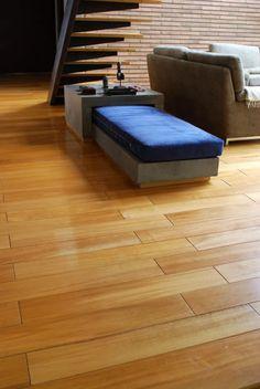 Instalación de piso de madera macizo DIVANO www.divano.com.co