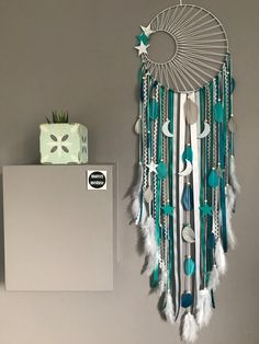 Attrape rêves dreamcatcher tissage soleil, turquoise, canard, gris et blanc geant - Traumfänger - Diy Home Crafts, Crafts To Sell, Dream Catcher Decor, Large Dream Catcher, Dream Catcher Tutorial, Moon Dreamcatcher, Crochet Dreamcatcher, Yarn Wall Art, Macrame Projects