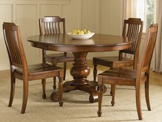 Masa rotunda traditionala amenajata pentru set de dining