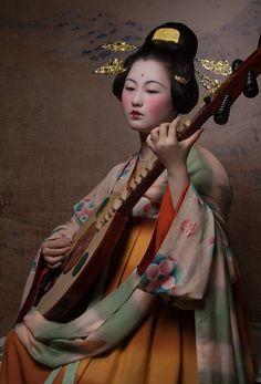 A beautiful Chinese lady playing music Traditional Fashion, Traditional Chinese, Chinese Style, Chinese Art, Traditional Outfits, Geisha Art, Art Asiatique, Aesthetic People, Art Japonais