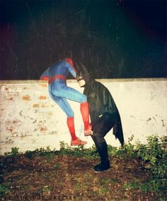 Spiderman is still better. and why would Spiderman and Batman be together? Batman Spiderman, Batman Robin, Superman, Funny Batman, Marvel Funny, Bizarre, Cursed Images, Mood Pics, The Villain