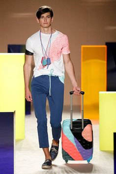 Valiéndose del color block y estampados pop, Antonio Miró presenta su colección Spring/Summer 2017 en Barcelona