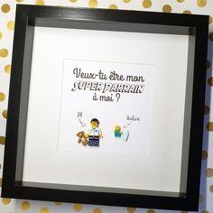 Cadre pour Futur Parrain ou Marraine - Format 25x25cm conseillé pour 1 à 5 figurines en briques. Le cadeau idéal pour demander à un de vos proches d'être Parrain ou Marraine et annoncer votre grossesse Concevez vos figurines adultes, enfants, bébés et animaux de compagnie lors de la passation de commande. Choisissez votre titres et polices d'écriture en ligne. #demande #parrain #marraine #grossesse #bébé #cadeau #atypique #souvenir Point D'interrogation, Frame, Souvenir, Family Portraits, Bricks, Father's Day, Birthday, Future, Picture Frame