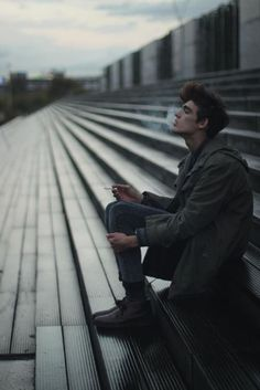 — А тебя я, кстати, никогда не видел, — сказал я, рассматривая его лицо