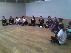 Primer dia de clases en que la profedora nos ebseño a respirar y la posición correcta para la danza  Además nos conocimos ❤