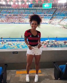 A imagem pode conter: 1 pessoa, em pé, estádio e atividades ao ar livre Soccer Outfits, Jersey Outfit, Brazilian Girls, Looks Chic, Urban Dresses, Foto Pose, Streetwear Fashion, Cute Outfits, Street Style