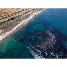 An oil spill poured thousands of gallons of crude into the waters off Santa…