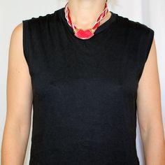 Collier vintage en résine et tissu. Attaches en métal. 2 modèles disponibles Rouge/blancMarine/blanc Très bon état Monopole, V Neck, Vintage, Women, Fashion, Fasteners, Necklaces, Fabric, Red