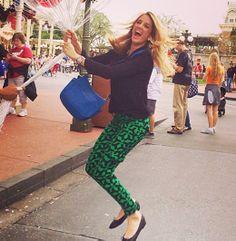 A apresentadora Ticiane Pinheiro aparece aqui usando uma calça com estampa geométrica, nas cores verde e preto, e casaquinho preto com sapatilhas super confortáveis e simples. Look despojado e alegre para você começar a semana.