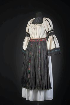 Romanian Blouse - Margau, Cluj Romania Folk Costume #traditionaldresses #traditional #textiles #vintage #wool Ethnic Outfits, Ethnic Dress, Ethnic Clothes, Ethnic Fashion, Womens Fashion, Folk Clothing, Animal Costumes, Folk Costume, Blouse Vintage