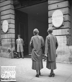 Soeurs jumelles des magasins Macy's devant la maison Patou. Paris (Boris Lipnitzki, août 1933)