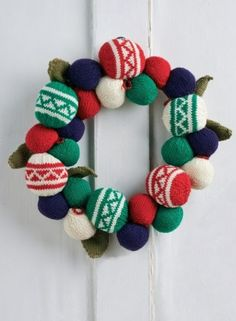 Free Christmas bauble wreath knitting pattern.   Find free Christmas crochet patterns here!