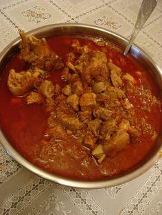 Hozzávalók: 4 darab friss sertésköröm, 2 db hátsó csülök, 2 kg hátsó comb, 5 db közepes vöröshagyma, 4 db közepes paradics... Curry, Food And Drink, Cooking Recipes, Keto, Ethnic Recipes, Garden, Red Peppers, Curries, Garten