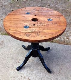 72 Clever DIY Recycled Spool Furniture Ideas for Outdoor Living Wire Spool Tables, Cable Spool Tables, Wooden Cable Spools, Wood Spool, Furniture Projects, Furniture Makeover, Wood Furniture, Wood Projects, Vintage Industrial Furniture