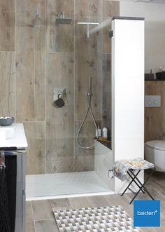 Een ruime inloopdouche inclusief luxe doucheset met regendouche in de Mix & Match Badkamer Forrest van Baden+. Het nisje in de hoek is een gemakkelijk douchezitje, maar ook handig om de nodige flesjes neer te zetten.