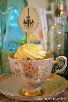 Cupcakes in teacups at a Paris birthday party #paris #partycupcakes