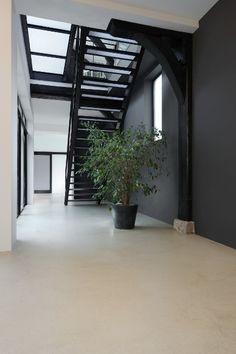 Du béton ciré dans un intérieur au style industriel #decoration #interieur #beton House Design, Concrete Floors, Home Deco, Concrete Houses, House, Staircase Design, New Homes, Floor Design, House Entrance