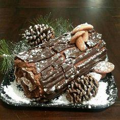 Christmas Cake Decorations, Holiday Cakes, Christmas Desserts, Christmas Treats, Holiday Baking, Christmas Baking, Yule Log Cake, Xmas Food, Noel Christmas