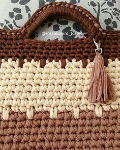 """146 Me gusta, 7 comentarios - 💮rose oliveira (@roseoliveira_tartes) en Instagram: """"Detalhes  de uma bolsa que fiz e já partiu 😍 bege e tons de marrom #fiosdemalha #crochet #trapillo…"""""""