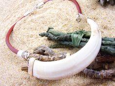 Collar Serengueti. Navaja de jabalí y cuero.