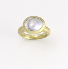 Pearl with 18k gold ring by April Higashi. Gallery Lulo.