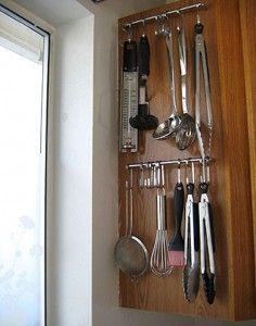 Keukengerei aan de zijkant van een keukenkastje. Binnenkant deur kan ook