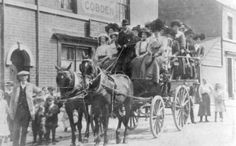 A group of local landladies embarking on a day trip to the Peak District in the late pictured outside the Sir Richard Cobden Hough Family, House Painter, Peak District, Derbyshire, World War Two, Blacksmithing, Day Trip, Old Photos, Old Things