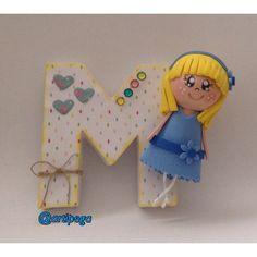 Letra decorada con una pequeña fofucha,