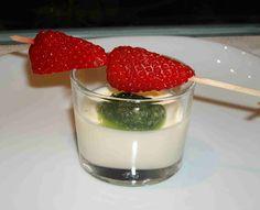 Panna Cotta mit süßem Pesto und Erdbeerspieß