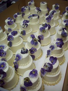 Mini wedding cakes. Great idea DIY, if u don't have too many guests