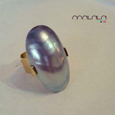 Pieza personalizada de perla cultivada keshi y oro amarillo. Una creación de #MalalaDePerlas