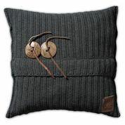 Knit Factory Aran kussen in de kleur antraciet. Aan de voorkant zitten twee knopen bevestigd met een leren touwtje. De achterkant heeft een ingeweven V-partoon. Het kussen is beschikbaar in de maten 50x50 en 60x40. Verkrijgbaar bij Reas WoonDeco in Hoogeveen.