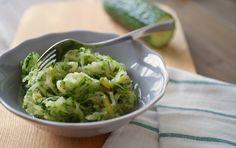 Twee ons groente en twee stuks fruit per dag. Iedereen weet het, maar eet je het ook daadwerkelijk? Groente kan soms een beetje saai zijn en daarom is het leuk om zo nu en dan eens iets anders te doen. In plaats van warme (gekookte) groente kun je bijvoorbeeldeens kiezen voor deze frisse komkommersalade. Dit …