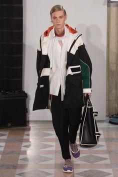 Valentino   Menswear - Spring 2018   Look 1