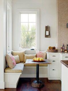 weiße sitzecke mit quadratischem Esstisch aus holz. Kleine Küche in weiß mit integrierter Sitzecke trotz wenig Platz - die perfekte Raumlösung. #kleineküche #sitzecke