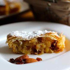 L'Apfelstrudel est un gâteau traditionnel autrichien à base de pommes. Il est l'un des fleurons de la cuisine juive ashkénaze et est servi à Rosh Hashana.