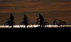 Güneşin kenti Van'da gün batımı... Türkiye'de gün batımının en güzel yaşandığı yerlerden biri olan, adını da Urartu Krallığı'nın başkenti Tuşba'dan (Güneşin kenti) alan Van, güneşin göl üzerinde batışında sergilediği eşsiz güzelliği izlemek isteyen vatandaşları Van Gölü sahilinde ağırlıyor.