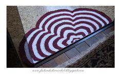TAPETE MEIA FLOR (MEIA LUA) EM CROCHE (CROCHET RUG) Crochet Carpet, Crochet Home, Crochet Gifts, Crochet Doilies, Crochet Flowers, Knit Crochet, Macrame Toran Designs, Chair Pads, Floor Mats
