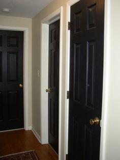 Muitas portas num pequeno corredor.