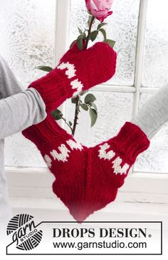 More Christmas Knitting from Garn Studio and Drops Design – 18 free patterns – Grandmother& Pattern Book Knitting Charts, Knitting Patterns Free, Free Knitting, Free Pattern, Crochet Mittens, Mittens Pattern, Knit Crochet, Drops Design, Crochet Design