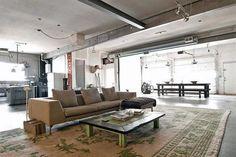 Claves para lograr un estilo industrial en tu casa  Living con caños y vigas a la vista.         Foto:Pinterest