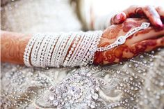 White Bangles for Bride Indian Accessories, Bridal Accessories, Asian Inspired Wedding, Bridal Party Jewelry, Bridal Bangles, Culture Clothing, Indian Look, Asian Bridal, Bridal Henna