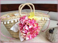 Este año,los bolsos de paja y capazos de playa llegan cargados de color y alegría.Bolsos de paseo con alegres mariposas,grandes flores,laza... Summer Handbags, Floral Bags, Fashion Bags, Straw Bag, Bedroom Decor, Crochet, Beach Bags, Style, Color