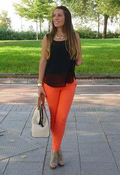 Orange pants and black top/ Pantalon naranja y blusa negra